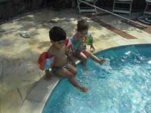 manuh-e-theo-na-piscina